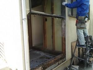 腐食している部分を全て取り除き外壁から造り直します。