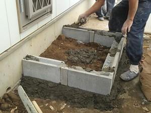 ブロックを積んで階段をつくります。